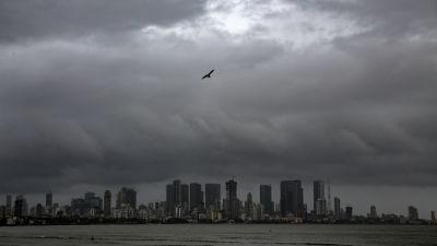 Såhär mörka låg regnmolnen över Mumbai på lördagen.