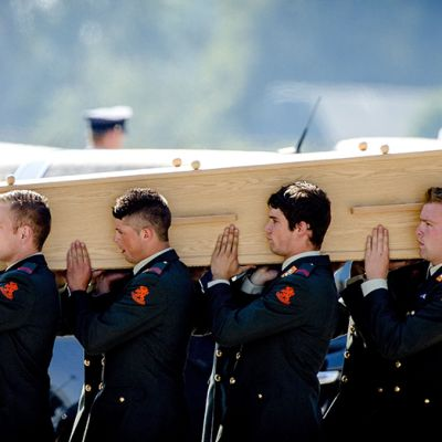 Hollantilaissotilaat kantoivat MH17-turmakoneen uhrin arkkua Eindhovenissa järjestetyssä muistotilaisuudessa 23. heinäkuuta 2014.