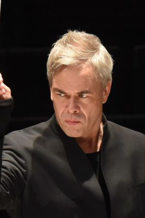 Hannu Lintu johtaa orkesteria