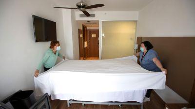 Två kvinnor bäddar en hotellsäng i Palma de Mallorca.