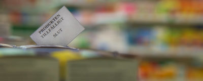 Apteekin hyllyssä lappu, jossa lääketuote tilapäisesti loppu. Produkten tillfälligt slut.