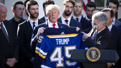 Donald Trump poserar med en St. Louis Blues-tröja.
