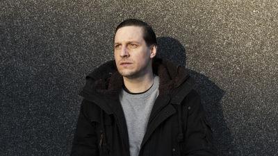 Jakob Öhrman utanför Teater Viirus, 2020.