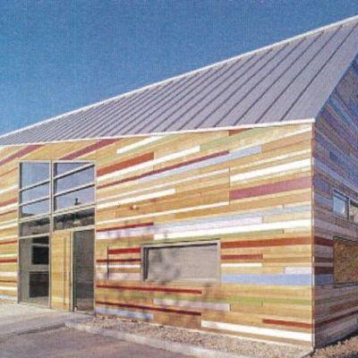 Hus med en fasad i olika färger.