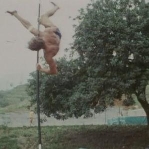 Mies hyppää seipäällä.