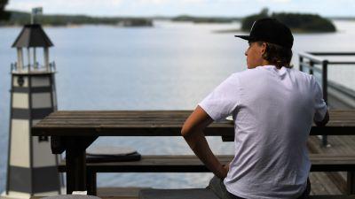 Alexander Ståhlberg äter lunch och blickar ut mot havet.
