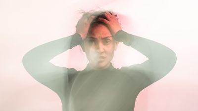 Kuvassa turhautunut nainen.