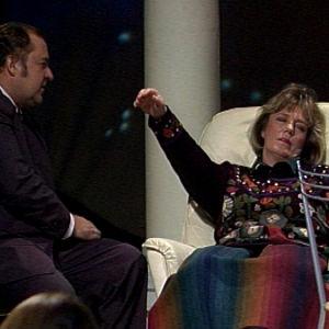 Reima Kampman hypnotisoi Ulla Roihun.