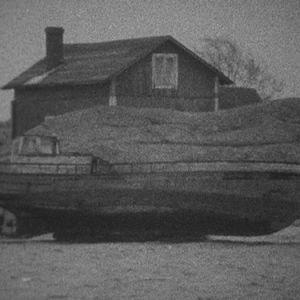 Puuvene makaa saarella.