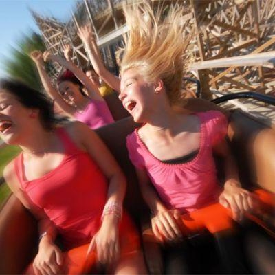 Kuvassa kaksi tyttöä vuoristoradassa.