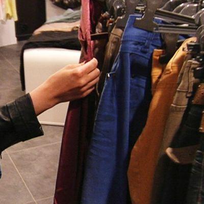 Vaatteita kaupan rekillä.