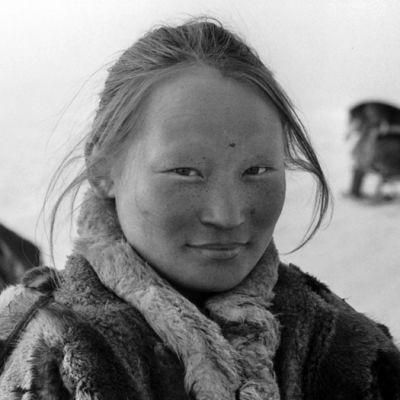 Turkiksiin pukeutunut nenetsi-nainen tundralla