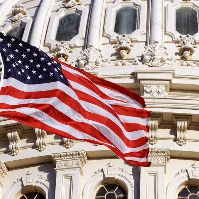 Yhdysvaltain lippu liehuu Capitolin kongressirakennuksen edessä.