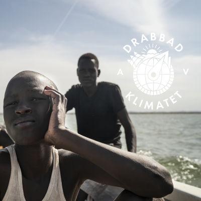 David Ekuwam Lokal (i bakgrunden till vänster) har alla sina åtta barn i skola så gott han har råd med det. Två av hans syskonbarn hjälper honom med fisket
