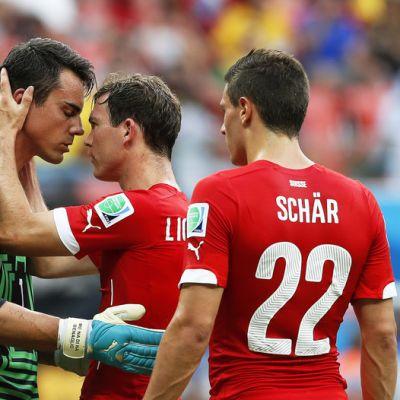 Sveitsin Stephan Lichtsteiner, Fabian Schaer ja Diego Benaglio Brasiliassa 2014