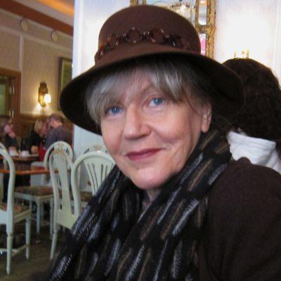 Kirjailija, psykoterapeutti Pepi Reinikainen hattu päässä