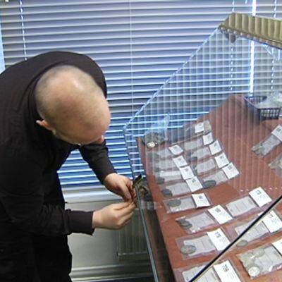 Huutokaupattavia kolikoita vitriinissä 26. tammikuuta.