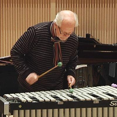 Matti Heinivaho soittaa vibrafonia.
