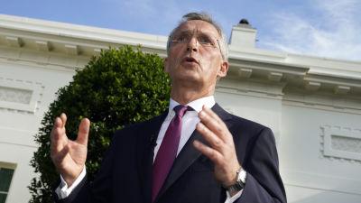 Natos generalsekreterare Jens Stoltenberg ger en presskonferens utanför Vita Huset i Washington.