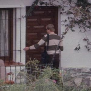 Toimittaja Pentti Järvinen painaa ovikelloa Los pacosissa.