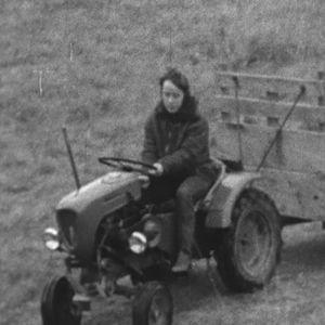 Maaviljelijä ajaa traktorilla saaristopellolla.