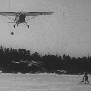 Lentokone tiputtaa postia saaristoon.