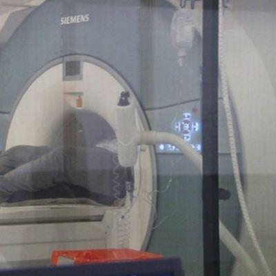 Potilas magneettikuvauksessa HUS:in sairaalassa.