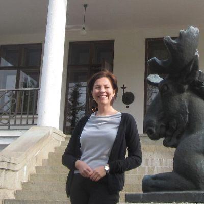 Liisa Lagerstam Laukon kartanon portailla