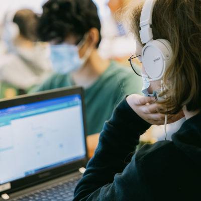 Studerande använder datorer