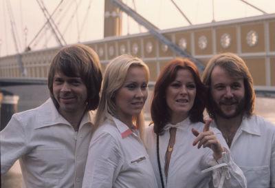 ABBA i vita dräkter i London 1976 framför skepp.