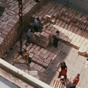 Rahtilaiva Pallasta ahdataan laatikoilla.