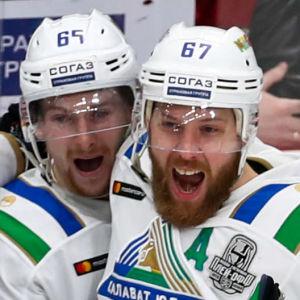 Salavat Julajev firar efter att ha gjort mål.