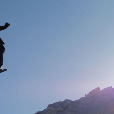 Hyppäristä hyppäävä laskettelija.