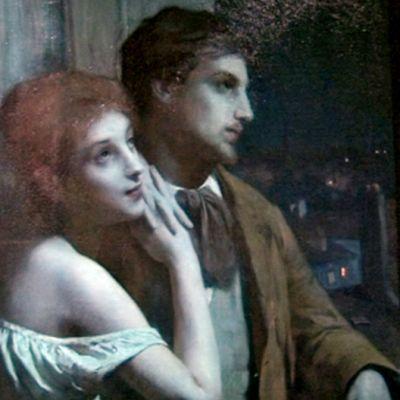 Nuori nainen ja mies haaveilevat kaupunkiasunnossa, josta avautuu maisema öiseen kaupunkiin.