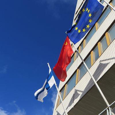 Kiinan lippu Kemin kaupungintalon lipputangossa.