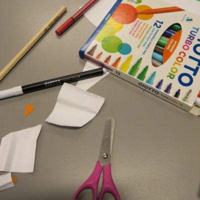 Pulpetilla koulutarvikkeita ja paperisilppua