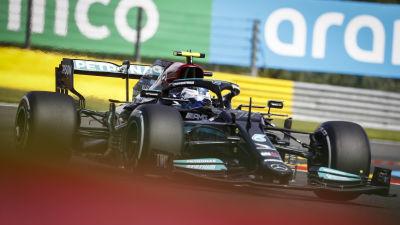 Valtteri Bottas rattar sin Mercedes.