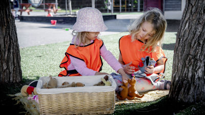 Noelle Wedenberg och Amanda Grahn leker med mjukisdjur