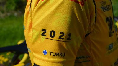En gul skjorta, på vars ärm det står 2021 och Turku.