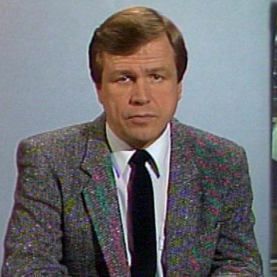 Arvi Lind lukee uutisen Penttilän sahasta (1986).