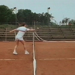 Tennispelaaja lyö palloa.