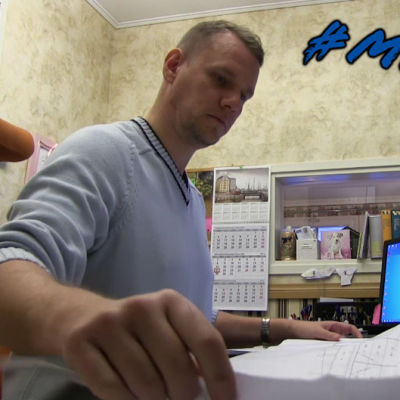 Matias Wik vid skrivbord