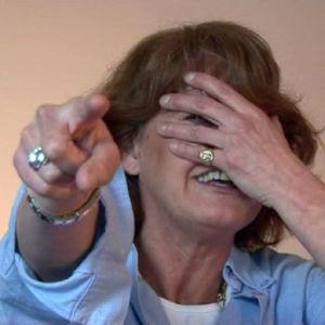 Teresa Soengas osoittaa sormellaan kameraan