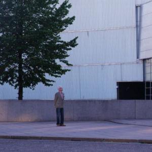 Mies katsoo Mannerheim-patsasta Kiasmalla