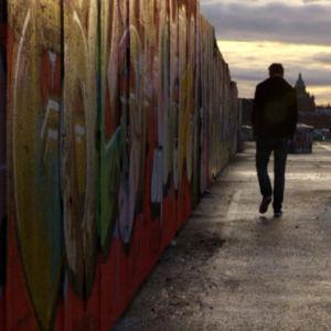 Mies kävelee Kalasatamassa