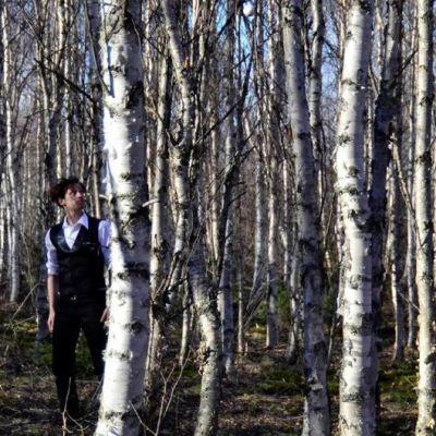 Sirkustaiteilija Sakari Männistö metsässä