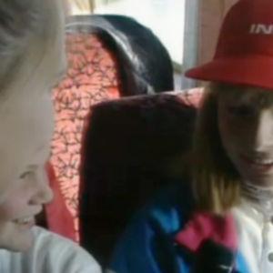 Två flickor intervjuas i en buss.