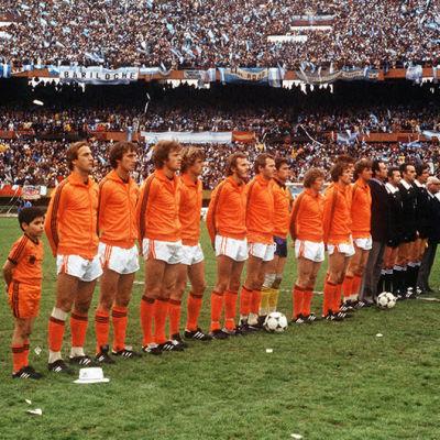 Hollannin ja Argentiinan joukkueet aloitusrivistössä jalkapallon MM-turnauksen finaalissa Buenos Airesissa (1978).