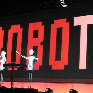 Saksalaisen Kraftwerk-yhtyeen robotit konserttilavalla