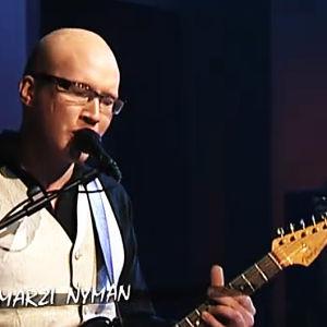 Kitaristi-laulaja Marzi Nyman Iirottelua-ohjelmassa 2009.